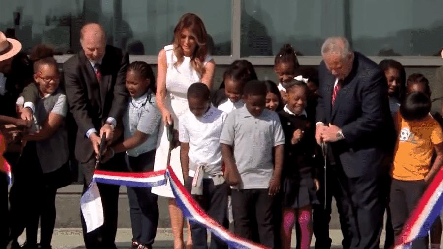 """Melania Trump """"sofre"""" para cortar faixa em inauguração de monumento nos EUA - reprodução/Reuters"""