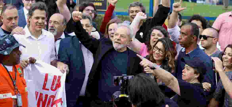 Lula após deixar prisão - REUTERS/Rodolfo Buhrer