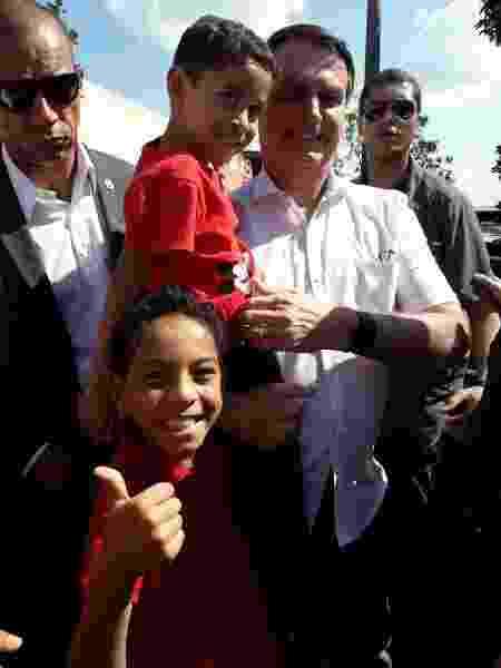 9.nov.2019 - Presidente Jair Bolsonaro abraça crianças em Brasília, um dia após Lula ser libertado - Arquivo pessoal