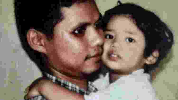 Iwan com o filho Rizqy, que nasceu no dia do atentado, no colo - Iwan Setiawan