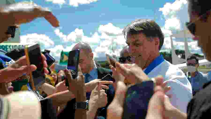 Presidente Bolsonaro se encontra com apoiadores em frente ao Palácio do Planalto apesar de recomendações de distanciamento social contra o coronavírus - ADRIANO MACHADO