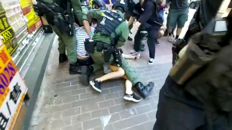 Policiais detém adolescente em protesto em Hong Kong - MAK WAI KIT/HKUST RADIO NEWS REP/MAK WAI KIT via REUTERS