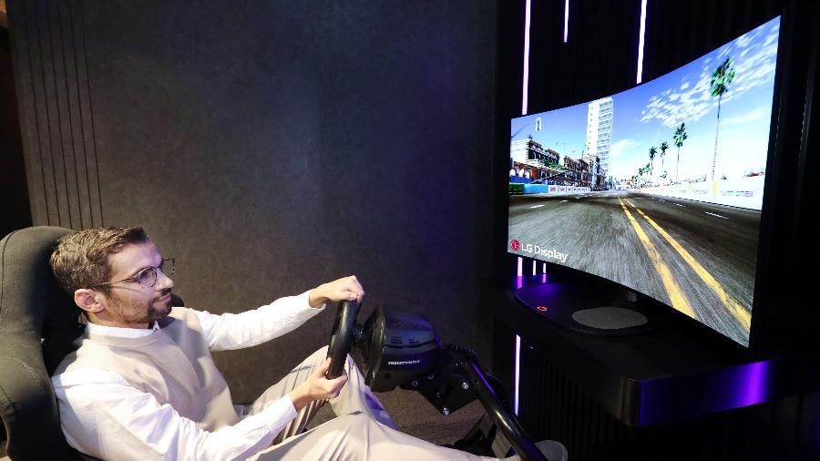 LG apresentou uma TV conceito com uma tela que se dobra para melhorar a experiência gamer - Divulgação