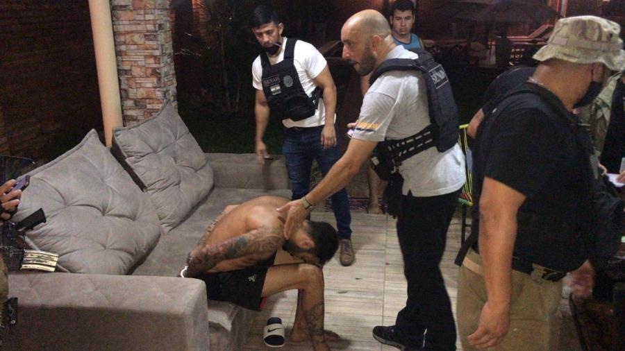 Turco (sentado), suspeito de fornecer armas e drogas para facções - Divulgação/Polícia Civil