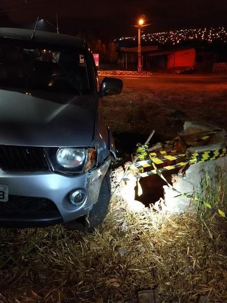 Ao sair do veículo para ver o que tinha acontecido, o motorista caiu direto no buraco. - Divulgação/PM-PR
