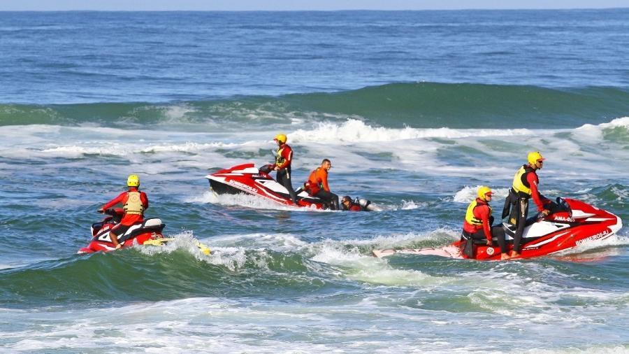 Buscas por tenente que desapareceu na sexta-feira (23) na altura do Posto 2, na praia da Barra da Tijuca, durante treinamento, no Rio de Janeiro - Corpo de Bombeiro do Rio de Janeiro