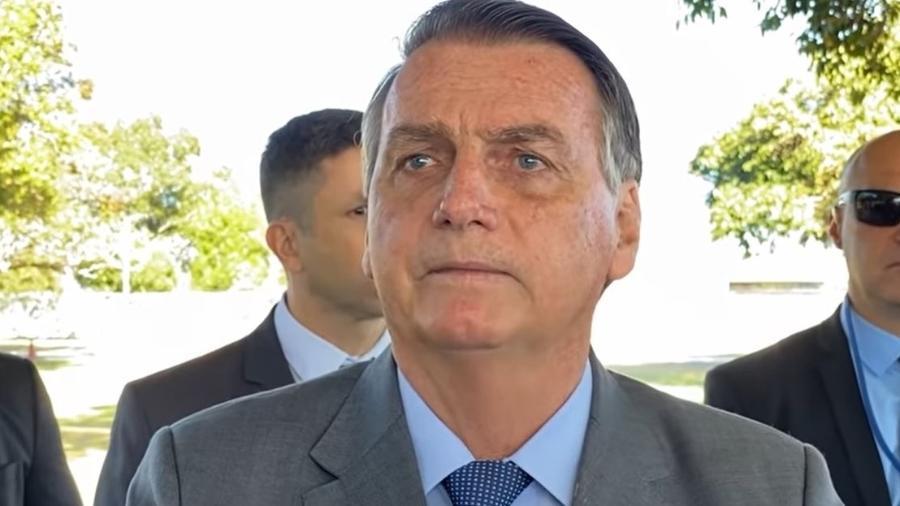 Jair Bolsonaro (sem partido) com apoiadores em frente ao Palácio da Alvorada, em Brasília - Reprodução/YouTube/Foco do Brasil