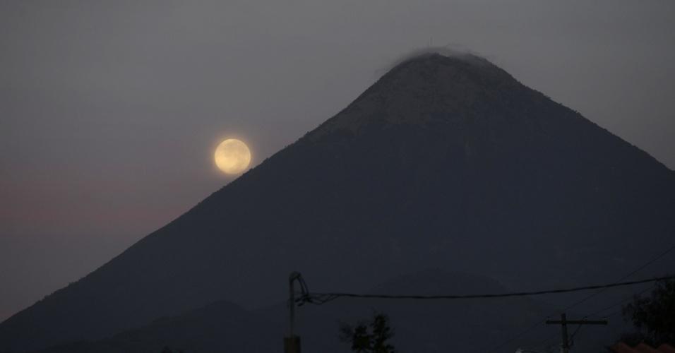 2.jul.2015 - A lua aparece atrás do vulcão Agua, em Villa Nueba, a 20 km ao sul da Cidade da Guatemala, nesta quinta-feira (2)