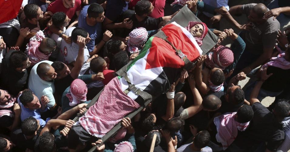 14.out.2015 - Palestinos carregam corpo de Mutaz Zawahreh, 27, durante seu funeral no campo de refugiados de Duhaisha, próximo a Belém, na Cisjordânia