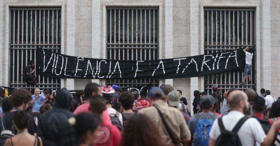 28.jan.2016 - Manifestantes colocam faixa nas grades da sede da Prefeitura de São Paulo, no centro de São Paulo, durante o sétimo ato contra o aumento da tarifa do transporte público em São Paulo