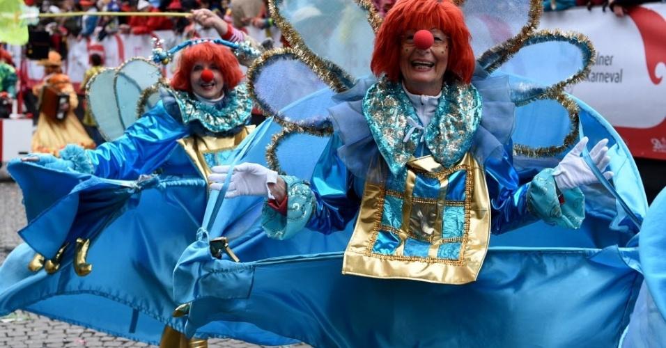 COLÔNIA, ALEMANHA - Mascarados celebram o domingo de carnaval em Colônia, na Alemanha