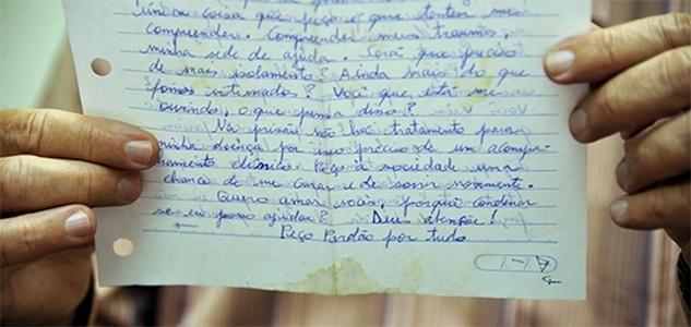 13.fev.2016 - Vigilante Tiago Henrique Gomes da Rocha, acusado de cometer assassinatos em Goiânia, escreve carta para se defender dos crimes