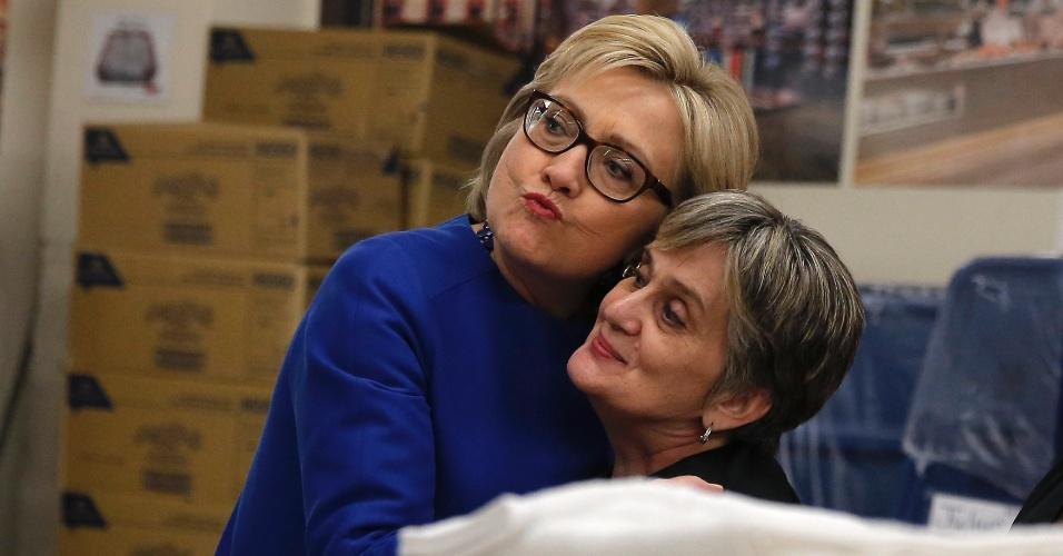18.fev.2016 - A candidata democrata à Presidência dos EUA, Hillary Clinton, faz biquinho enquanto abraça um eleitora durante atividade de campanha em Las Vegas, Nevada (EUA)