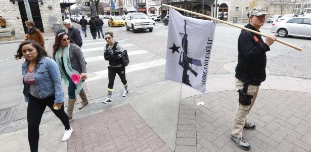 Jovem faz campanha pelo porte de armas em Austin, no Texas (EUA), em janeiro deste ano