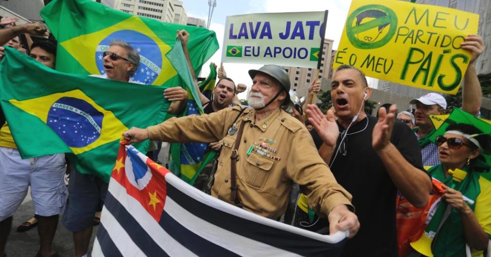 17.mar.2016 - Grupo faz protesto contra a nomeação do ex-presidente Luiz Inácio Lula da Silva como ministro da Casa Civil do governo Dilma Rousseff, na manhã desta quinta-feira, na avenida Paulista. A região é palco de protestos contra o governo desde o final da tarde de quarta-feira (16)