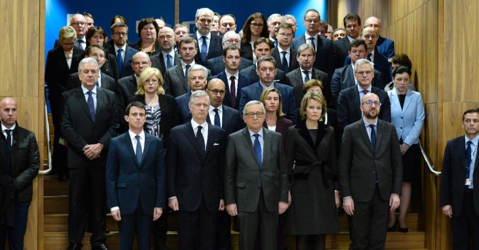 23.mar.2016 - O primeiro-ministro francês, Manuel Valls, o rei da Bélgica, Filipe, o presidente da Comissão Europeia, Jean-Claude Juncker, a rainha consorte Matilde e o primeiro-ministro da Bélgica, Charles Michel, entre outras autoridades, fazem um minuto de silêncio pelas vítimas dos ataques terroristas em Bruxelas, sede da União Europeia