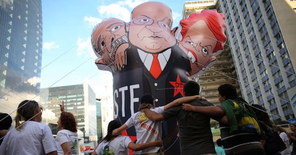 27.mar.2016 - Manifestantes se abraçam em frente a bonecos inflados com as figuras do ex-presidente Luiz Inácio Lula da Silva, a presidente Dilma Rousseff e o ministro do STF (Supremo Tribunal Federal) Teori Zavascki em acampamento montado na frente da Fiesp, na avenida Paulista, em São Paulo