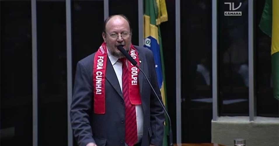 """15.abr.2016 - Deputado João Daniel (PT-SE) ostenta sobre os ombros faixa com os dizeres """"Fora Cunha"""" enquanto discursa contra o impeachment da presidente Dilma Rousseff (PT) na Câmara dos Deputados. Protesto é contra o presidente da casa, Eduardo Cunha (PMDB-RJ)"""