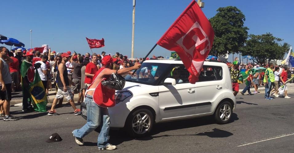 17.abr.2016 - Manifestação contra o impeachment de Dilma, na praia de Copacabana, zona sul do Rio