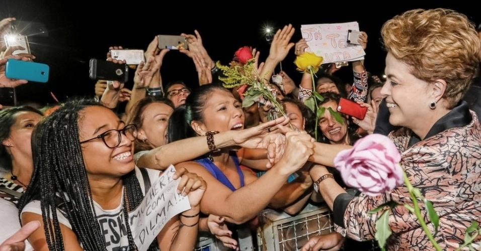 19.abr.2016 - A presidente Dilma Rousseff recebe flores em ato de apoio realizado por mulheres, no Palácio do Planalto, em Brasília (DF). A manifestação ocorre dois dias após a aprovação do processo de impeachment da presidente na Câmara dos Deputados