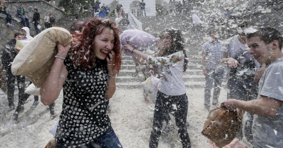 24.abr.2016 - Jovens fazem guerra de travesseiros durante um flash mob em Kiev, na Ucrânia