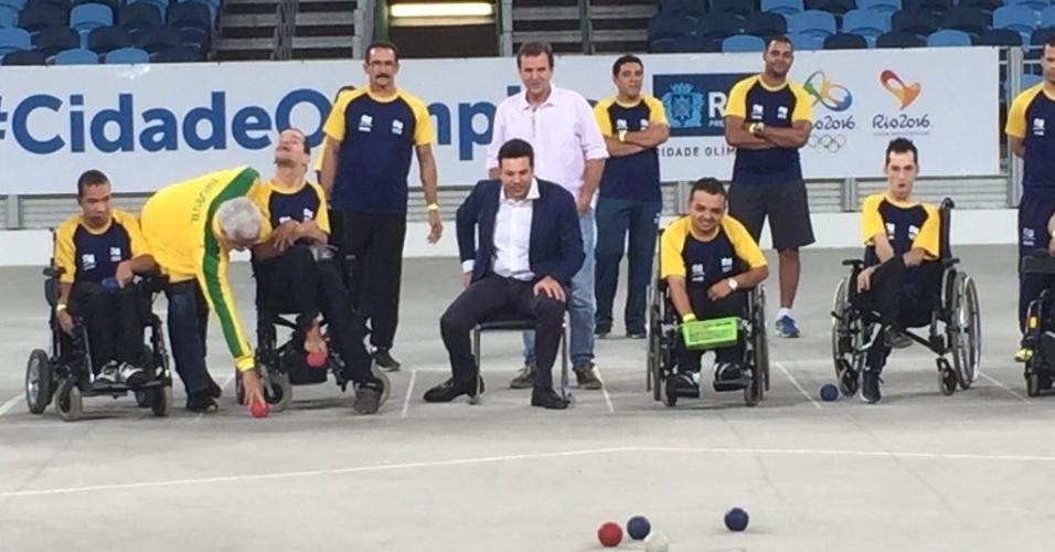 14.mai.2016 - O ministro do Esporte, Leonardo Picciani (centro), acompanha apresentação da seleção brasileira de bocha paralímpica na inauguração do Arena Carioca 2, no parque Olímpico, na zona oeste do Rio de Janeiro