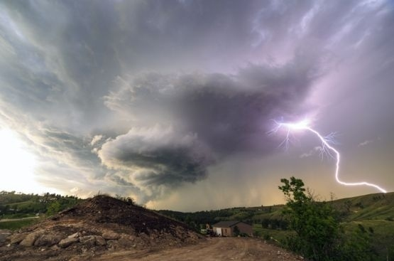 24.mai.2016 - Marko Korosec, um fotógrafo amador de Sezana, na Eslovênia, registrou imagens surpreendentes de diversos tornados na região conhecida como 'Alameda dos Tornados' (ou 'Tornado Alley', em inglês) no Centro-Oeste dos Estados Unidos.