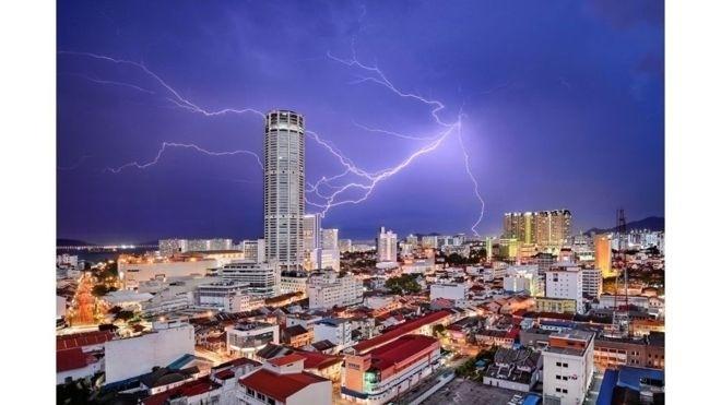 1º.jul.2016 - Jeremy Tan ficou em terceiro na categoria Cidades por este clique de um raio atingindo a torre Komtar, em George Town, na Malásia, durante uma tempestade