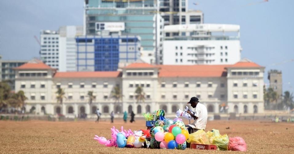 7.jul.2016 - Trabalhador organiza brinquedos e bolas para vender na avenida Galle Face, no centro de Colombo, no Sri Lanka