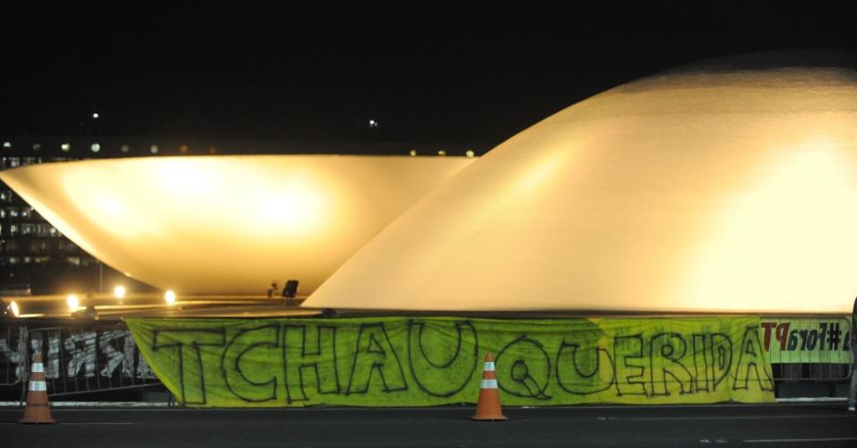 9.ago.2016 - Manifestantes que são a favor do processo de impeachment da presidente afastada Dilma Rousseff colocam faixa do lado de fora do Congresso Nacional, durante votação sobre o julgamento do processo, na frente do Senado Federal