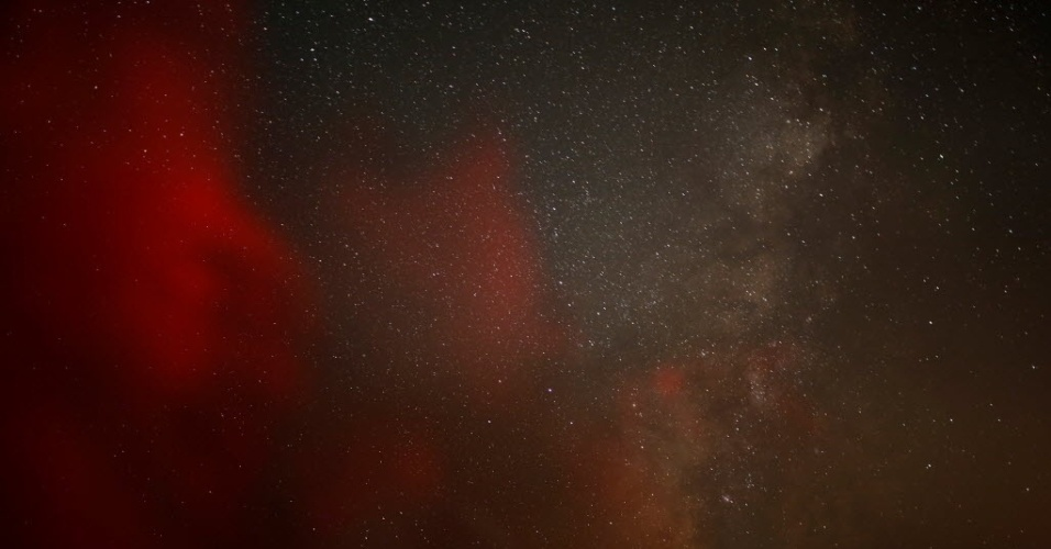 """12.ago.2016 - A """"Via Láctea"""" é vista no céu nas primeiras horas da manhã durante a chuva de meteoros Perseidas em Ramon Crater, em Israel"""