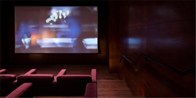 06.set.2016 - Quem quiser entretenimento, tem à disposição uma biblioteca com curadoria da editora de luxo Assouline e uma sala de projeção com tela de 220 polegadas (5,59 metros)