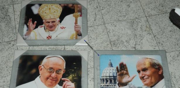 Três quadros com a imagem dos papas Francisco, Bento 16 e João Paulo 2º foram apreendidos no Aeroporto Internacional de Guarulhos - Divulgação/PF