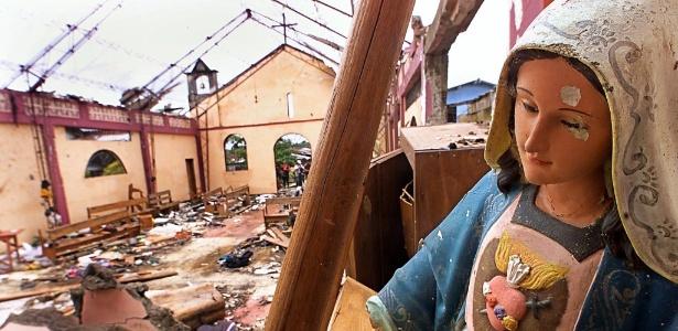 Em foto de março de 2002, imagem de uma virgem católica aparece entre escombros de igreja de Bojayá