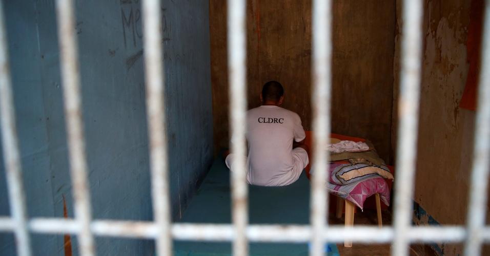 7.out.2016 - Usuário de drogas, que manteve um bebê como refém durante visita de sua família, é mantido em cela de isolamento como punição pelo seu comportamento em centro de reabilitação em Pampanga, Filipinas