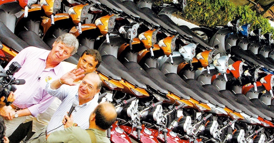 EM BUSCA DO GOVERNO - O desejo de ser governador do Amazonas voltou à tona em 2006. Após perder a eleição muito jovem em 1986, o então senador se viu com mais chances para o novo pleito. Mesmo assim, não teve sucesso: ficou em terceiro lugar com apenas 5,51% dos votos - o eleito em primeiro turno foi Eduardo Braga (PMDB), com 50,63%. Na foto, o político amazonense aparece com o então candidato a presidente Geraldo Alckmin (PSDB) em campanha pelo Amazonas
