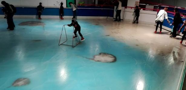 Pessoas utilizam a pista de patinação com 5.000 peixes congelados no Space World