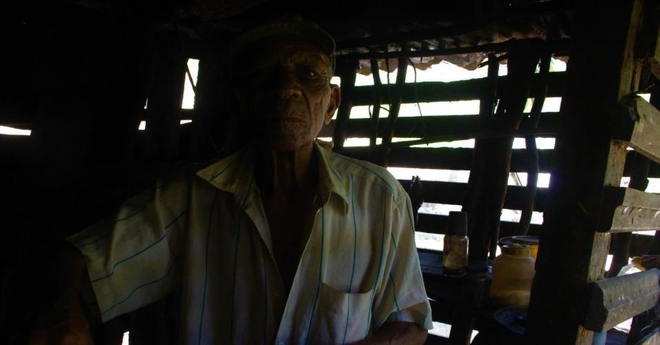23.dez.2016 - Sem energia eletrica, trabalhador rural Jose Dias, 86, cozinha na penumbra