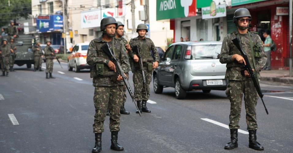 7.fev.2017 - Militares do Exército Brasileiro fazem a segurança na manhã desta terça-feira (&) das ruas do bairro Maruipe, em Vitória