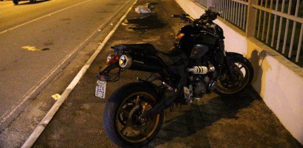 Motociclista morreu após ser prensado por dois caminhões na pista local da Marginal Tietê