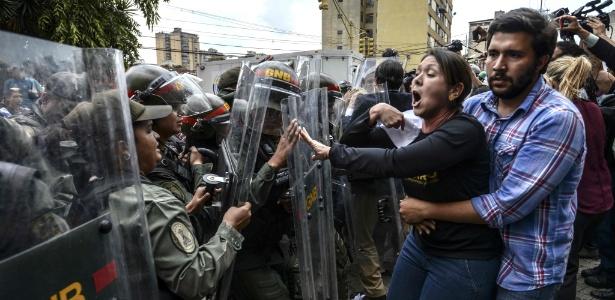 Deputada da oposição Amelia Belisario entra em confronto com membros da Guarda Nacional durante protesto diante da Suprema Corte em Caracas