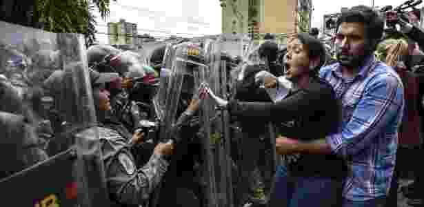 Deputada da oposição Amelia Belisario entra em confronto com membros da Guarda Nacional durante protesto diante da Suprema Corte em Caracas - Juan Barreto/AFP