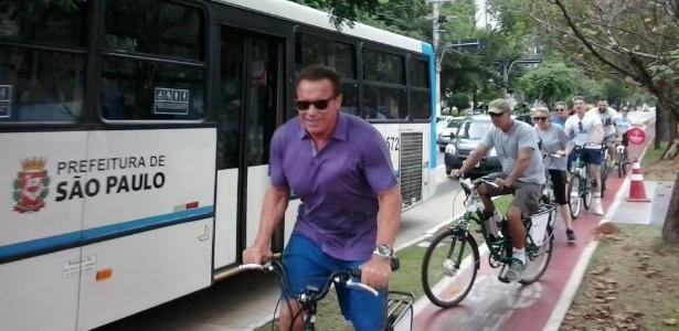 Arnold Schwarzenegger pedalou por São Paulo no domingo