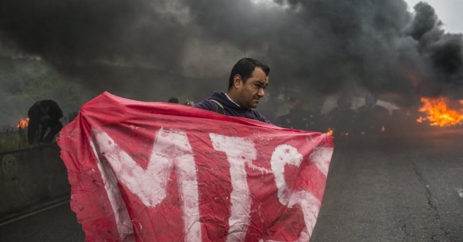 28.abr.2017 - Grupo de moradores sem-teto queimam pneus e bloqueiam a avenida Jacu-Pêssego, na zona leste da capital paulista, nesta sexta-feira