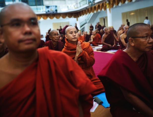 Ashin Wirathu, líder do grupo ultranacionalista Ma Ba Tha, reza com outros monges em Hmawni, em Mianmar