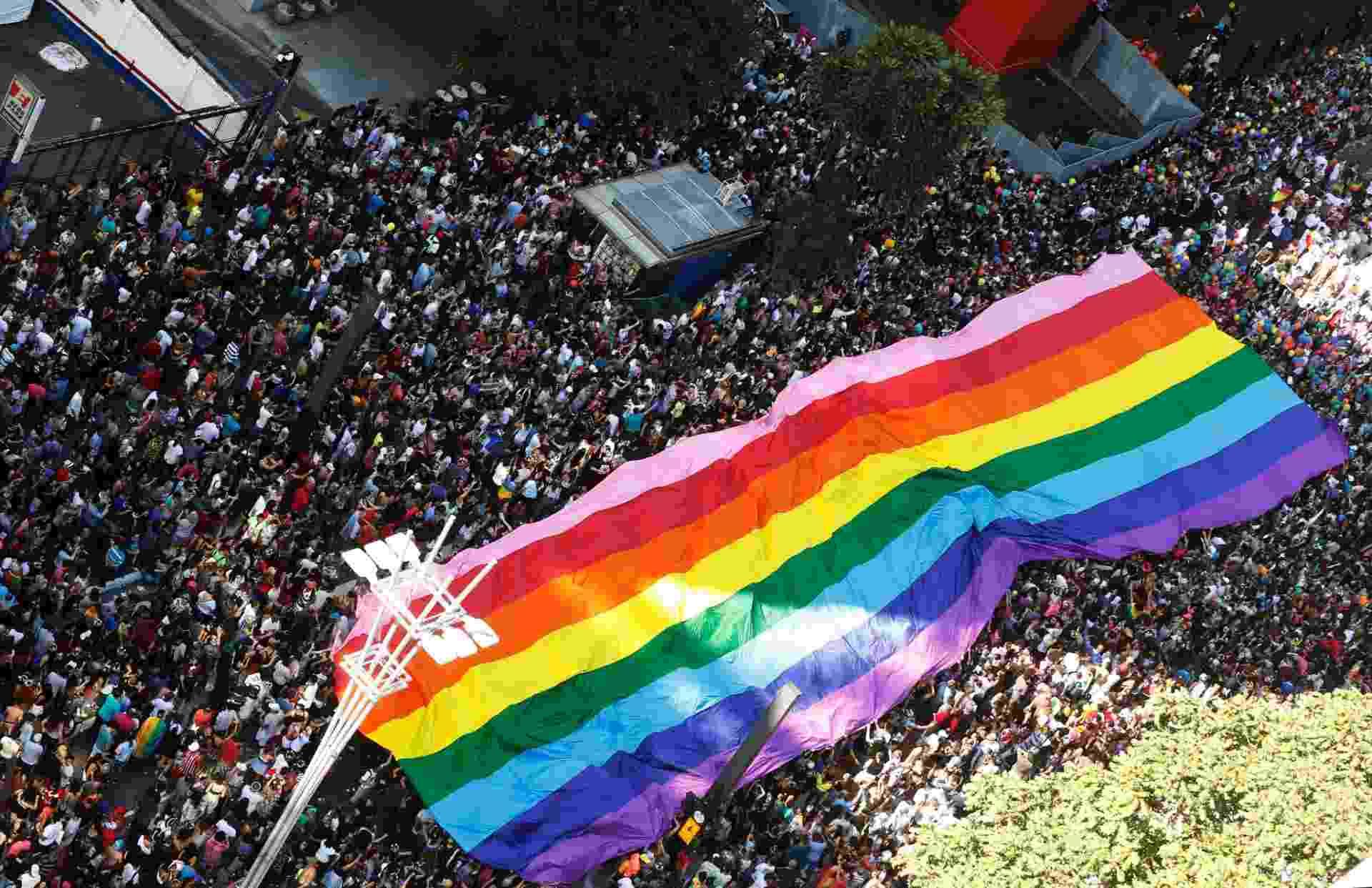 """18.jun.2017 - Com a temática da defesa do Estado laico, críticas à atuação da bancada evangélica no Congresso e apoio às """"Diretas Já"""", a 21ª Parada do Orgulho LGBT de São Paulo atrai uma multidão para a avenida Paulista. A expectativa de público é de ao menos 2 milhões de pessoas - LEONARDO BENASSATTO/FRAMEPHOTO/ESTADÃO CONTEÚDO"""