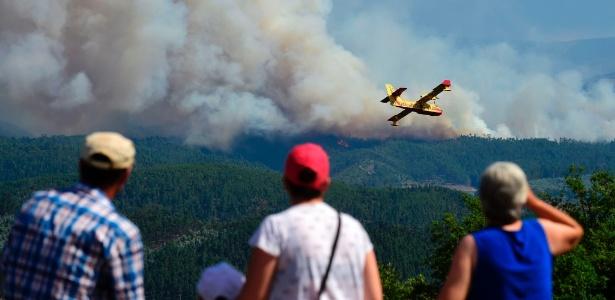 20.jun.2017 - Avião Canadair semelhante ao que caiu sobrevoa área do incêndio