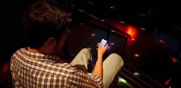 Jovem utiliza aplicativo de paquera em clube de São Paulo
