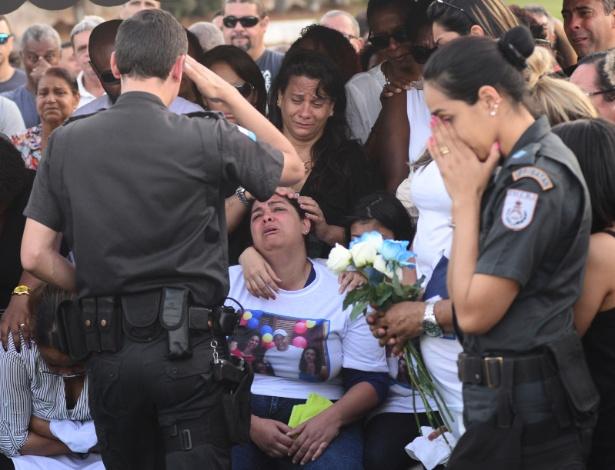 25.jul.2017 - Viúva de Hudson Silva relata demora para ter acesso a pensão; na foto, o enterro do PM no cemitério Jardim da Saudade, na zona oeste do Rio
