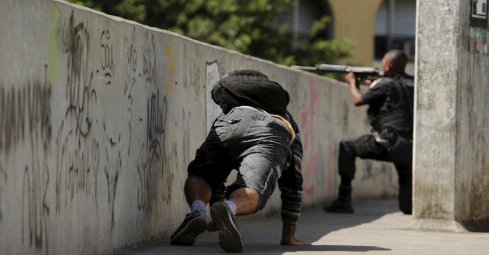 22.set.2017 - PM faz operação na comunidade da Rocinha. Na foto, troca de tiro de policiais em baixo da passarela